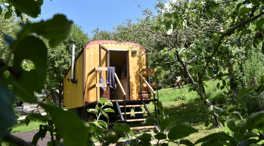 entrance tiny house pear dobra luka